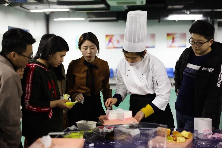 """青岛能源所举办女生节""""'糕'能预警""""蛋糕DIY活动"""